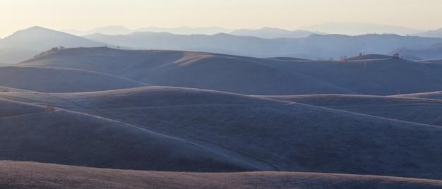 朝の光の中の丘と丘の中腹、パノラマビュー
