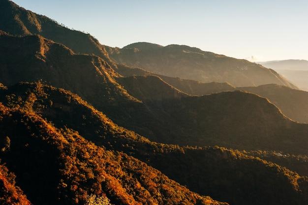 Холмы на рассвете красивый пейзаж
