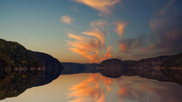 湖のほとりの丘