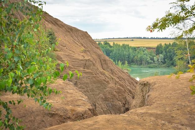 버려진 채석장의 언덕, 버려진 채석장의 제방