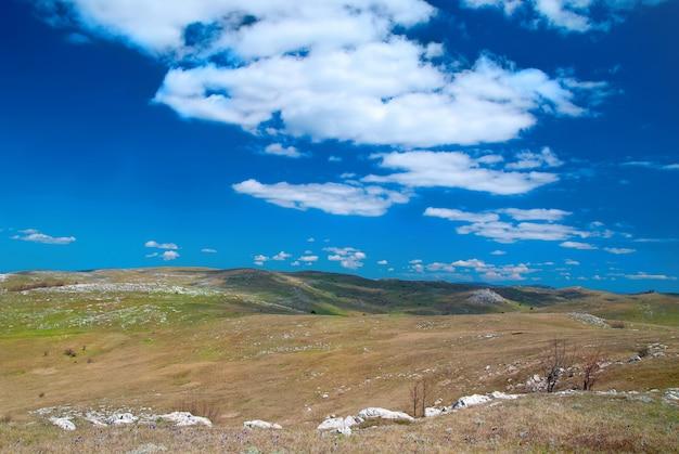 Cloudscape와 푸른 하늘 언덕입니다. 경치.