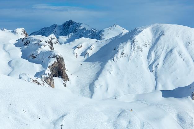 산허리에 미친 스키 트랙. 겨울 실 브레 타 알프스, 오스트리아.