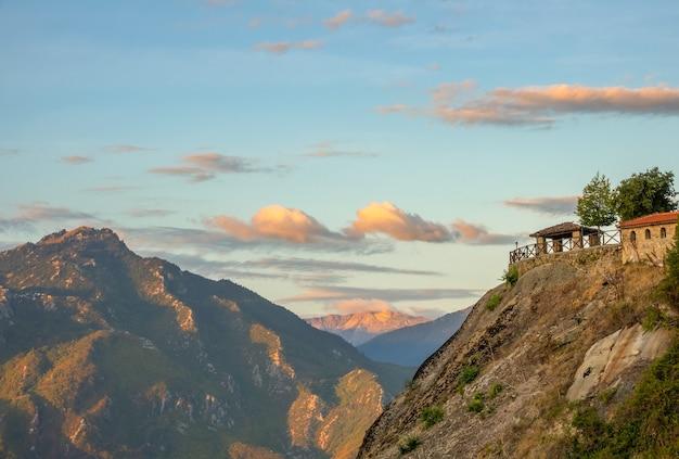 夕方の山の丘の上の望楼