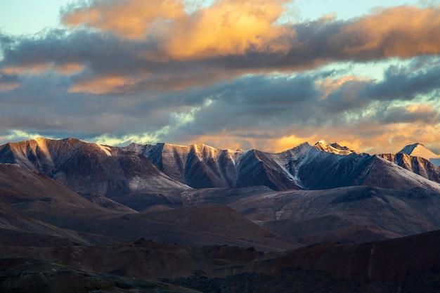 インドの日の出時のレーからマナリ高速道路に沿ったヒマラヤの山の風景。インドのヒマラヤ、ラダック、ジャンムー、カシミール地域の雄大なロッキー山脈の朝。自然、旅行のコンセプト