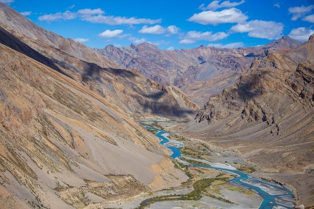 인도 마날리 고속도로 레를 따라 히말라야 산 풍경. 인도 히말라야, 라다크, 잠무, 카슈미르 지역의 블루 리버와 장엄한 록키 산맥. 자연과 여행 개념