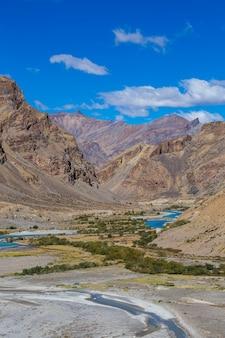 インドのレーからマナリ高速道路に沿ったヒマラヤの山の風景。インドのヒマラヤ、ラダック、ジャンムー、カシミール地域の青い川と雄大なロッキー山脈。自然と旅行のコンセプト