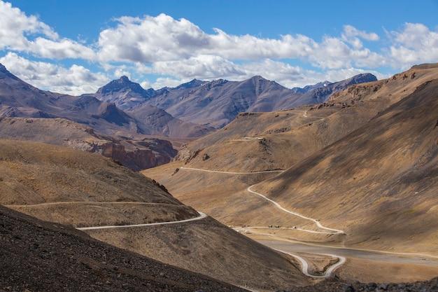 インドのレーからマナリ高速道路に沿ったヒマラヤの山の風景