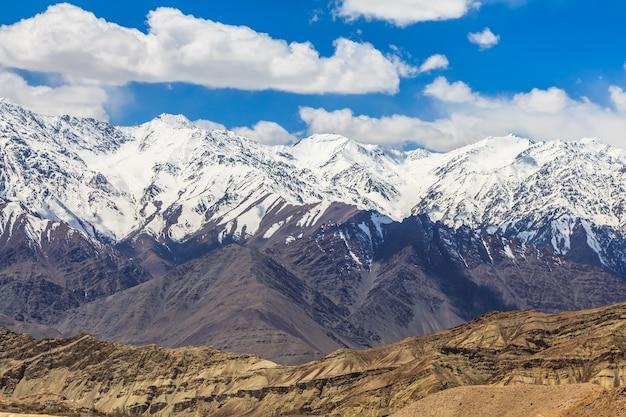 Гималайский горный хребет в регионе ладакх, индия.