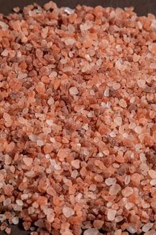 Гималайская розовая соль на вершине скалы. выборочный фокус.