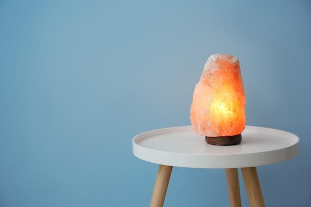 Лампа из гималайской соли на столе