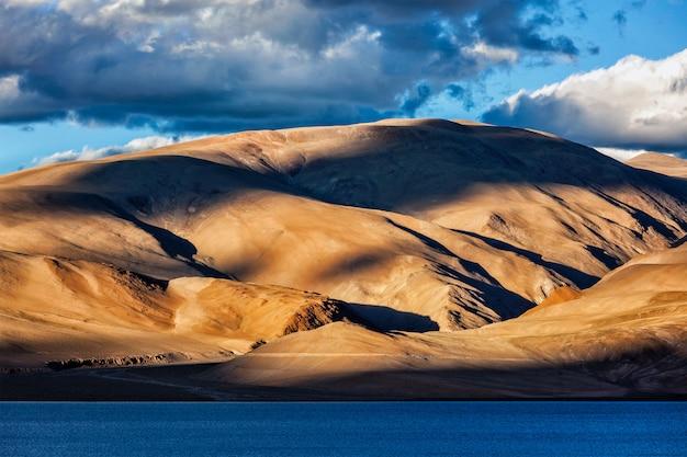 ヒマラヤと夕日のツォモリリ湖。ラダック
