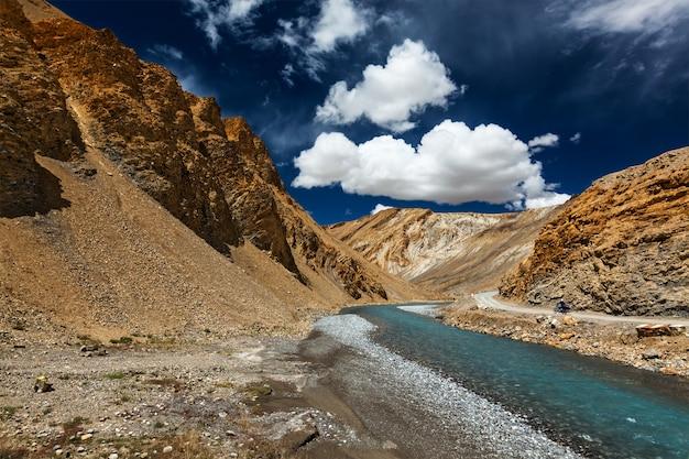 Гималаи пейзаж с мотоциклом