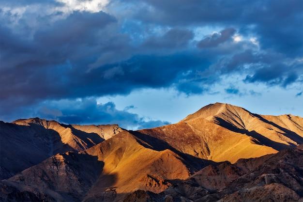 日没のヒマラヤ山脈