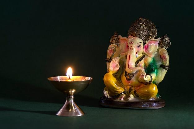 ヒンドゥー教の神ガネーシャ。ガネーシャアイドル。カラフルなガネーシャアイドルの像。テキストまたは見出しのスペース。