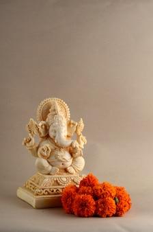 ヒンドゥー教の神ガネーシャ。背景にガネーシャアイドル