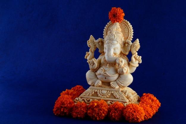 ヒンドゥー教の神ガネーシャ。青色の背景にガネーシャアイドル