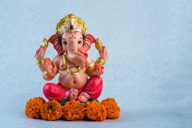 ヒンドゥー教の神ガネーシャ。青い空間のガネーシャアイドル。