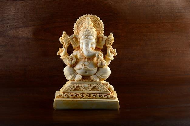 ヒンドゥー教の神ガネーシャ。茶色の背景にガネーシャアイドル