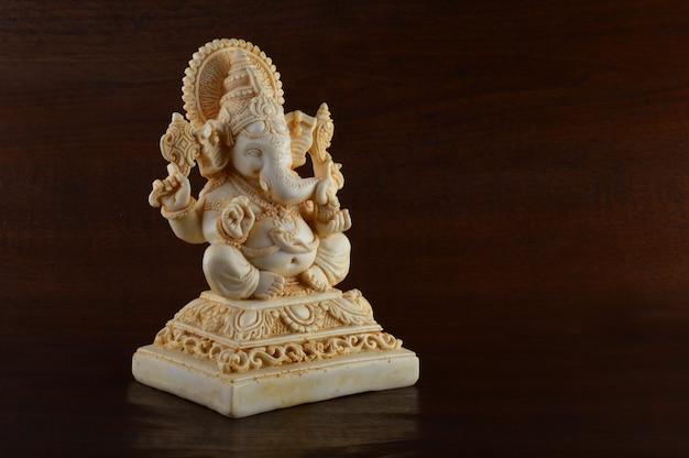 ヒンドゥー教の神ガネーシャ。茶色の空間にガネーシャアイドル