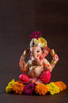 ヒンドゥー教の神ガネーシャ。暗い木の空間にガネーシャアイドル。