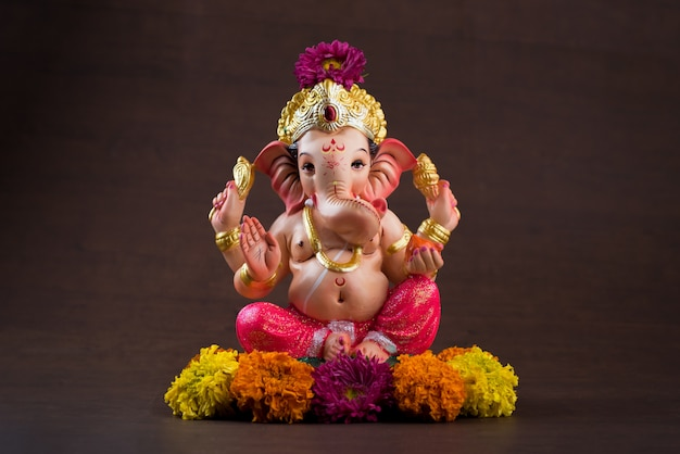 ヒンドゥー教の神ガネーシャ。暗い木製のテーブルにガネーシャアイドル。