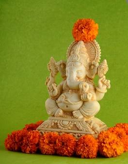 ヒンドゥー教の神ガネーシャ。緑色の背景でガネーシャアイドル
