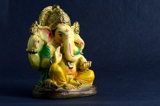 ヒンドゥー教の神ガネーシャ。灰色の空間にガネーシャアイドル。