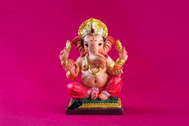 ヒンドゥー教の神ガネーシャ。ピンクのテーブルのガネーシャアイドル。