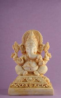 ヒンドゥー教の神ガネーシャ。紫色の背景にガネーシャアイドル