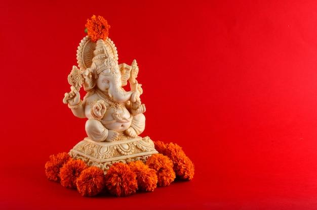 ヒンドゥー教の神ガネーシャ。赤いスペースのガネーシャアイドル
