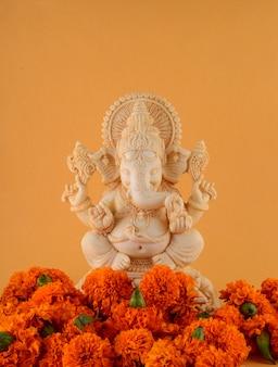 ヒンドゥー教の神ガネーシャ。黄色の背景にガネーシャアイドル
