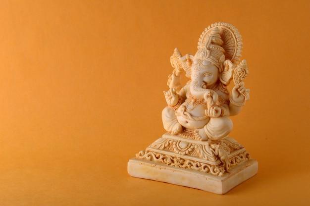 ヒンドゥー教の神ガネーシャ。黄色いスペースのガネーシャアイドル