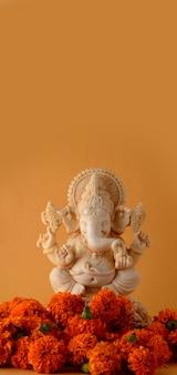 노란색 표면에 힌두교 신 가네샤 우상