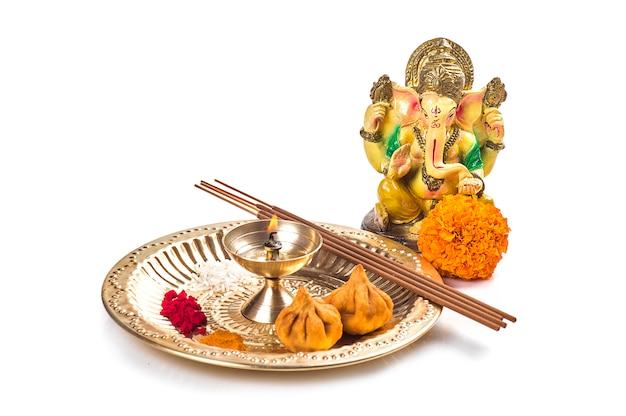 ヒンドゥー教の神ガネーシャ。ガネーシャ卿の像。白い背景の上の崇拝(プージャ)配置。