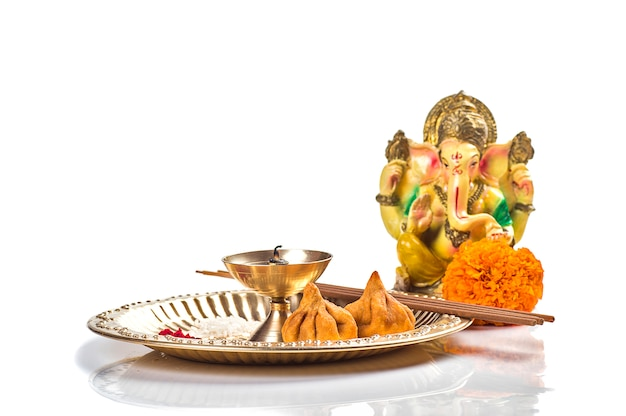 ヒンドゥー教の神ガネーシャ。主ガネーシャの像。崇拝(プージャ)配置。