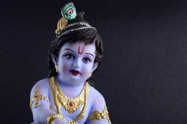 Индуистского бога кришны на темной поверхности