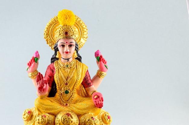 Индуистская богиня лакшми на сером фоне