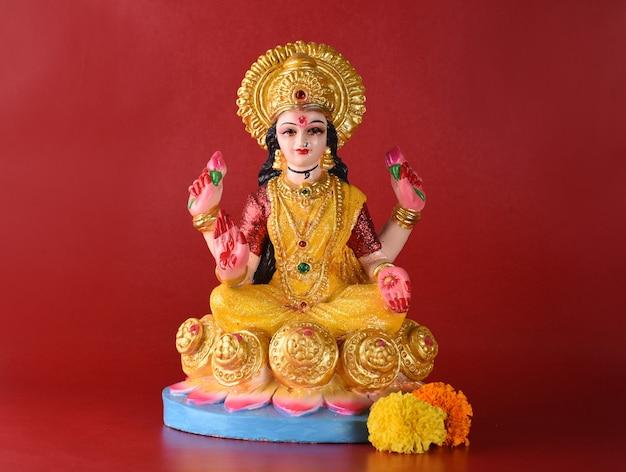 Индуистская богиня лакшми на красном фоне