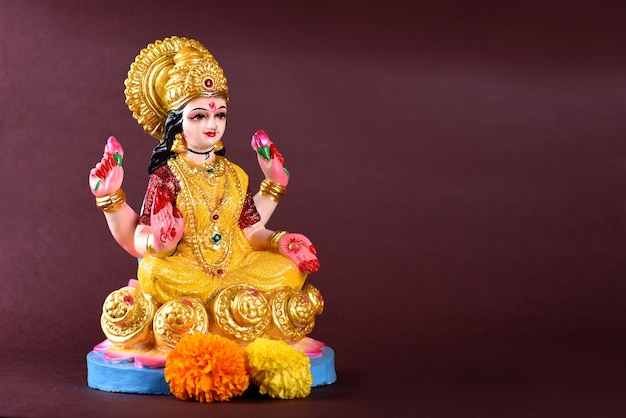 Индуистская богиня лакшми на фиолетовом фоне