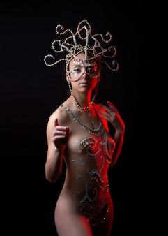Индуистская богиня на черном и красном свете