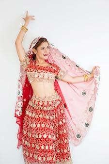 ヒンドゥー教の女性モデルの一時的な刺青とクンダンのジュエリーインドの伝統的な衣装