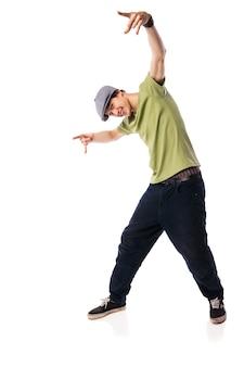 Танцор хип-хопа, выступающий изолированным над белой