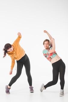 ヒップホップ女性ダンサーは、白い背景を踊る