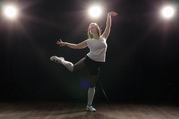 힙합, 재즈 펑크, 텍토닉, 왁킹, 트랜스, 스트리트 댄스 개념 - 스튜디오에서 재즈 펑크를 추는 젊은 여성.