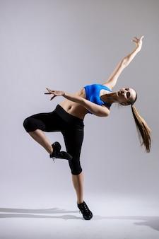 白い背景で隔離のパフォーマンスヒップホップ女性ダンサー