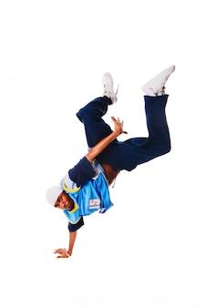 Молодой человек хип-хоп делает прохладный ход на белом фоне
