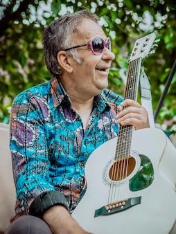 ギターでサングラスをかけているヒッピーサンタ