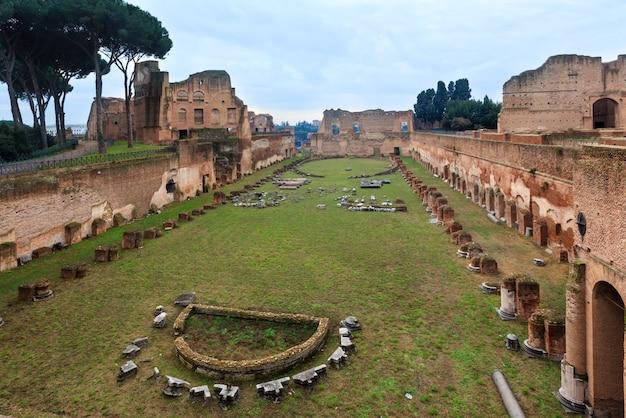 イタリア、ローマのパラティーノの丘にあるドミティアヌス競技場のヒッポドロームスタジアム。