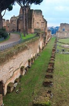イタリア、ローマのパラティーノの丘にあるドミティアヌスのヒッポドローム スタジアム。