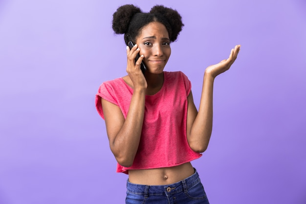 Hipster 아프리카 계 미국인 여자 웃 고 절연 휴대 전화에 대 한 얘기